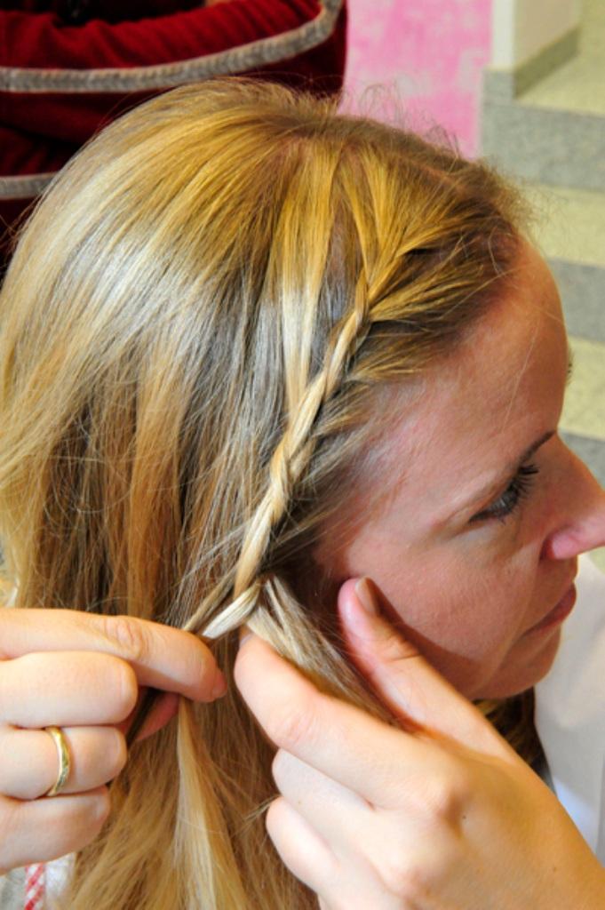 Flechten Rollen Und Blümchen Ins Haar Frisuren