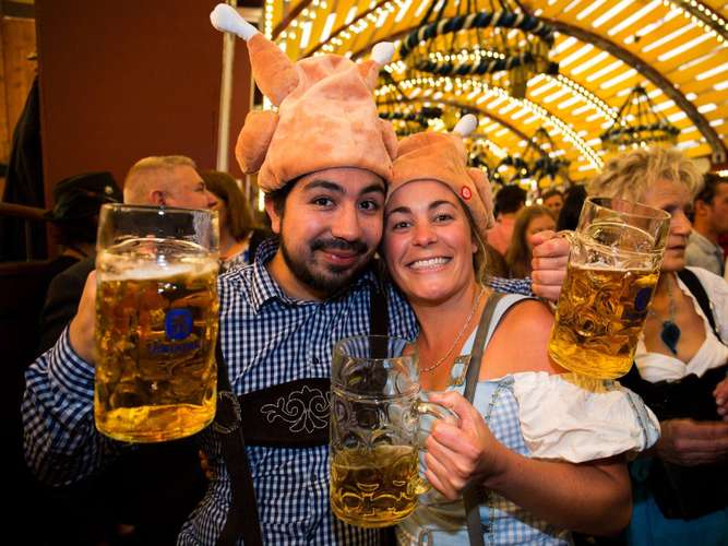 Bizarre Wiesn-Mode: Der Hendl-Hut