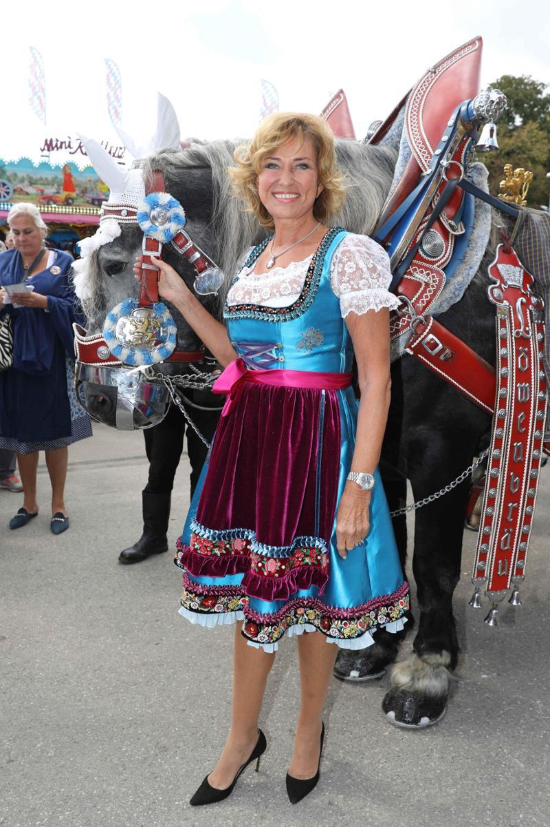 d34ec9389aaeae Oktoberfest 2018: Claudia Effenberg trägt Dirndl-Schleife links   Promis